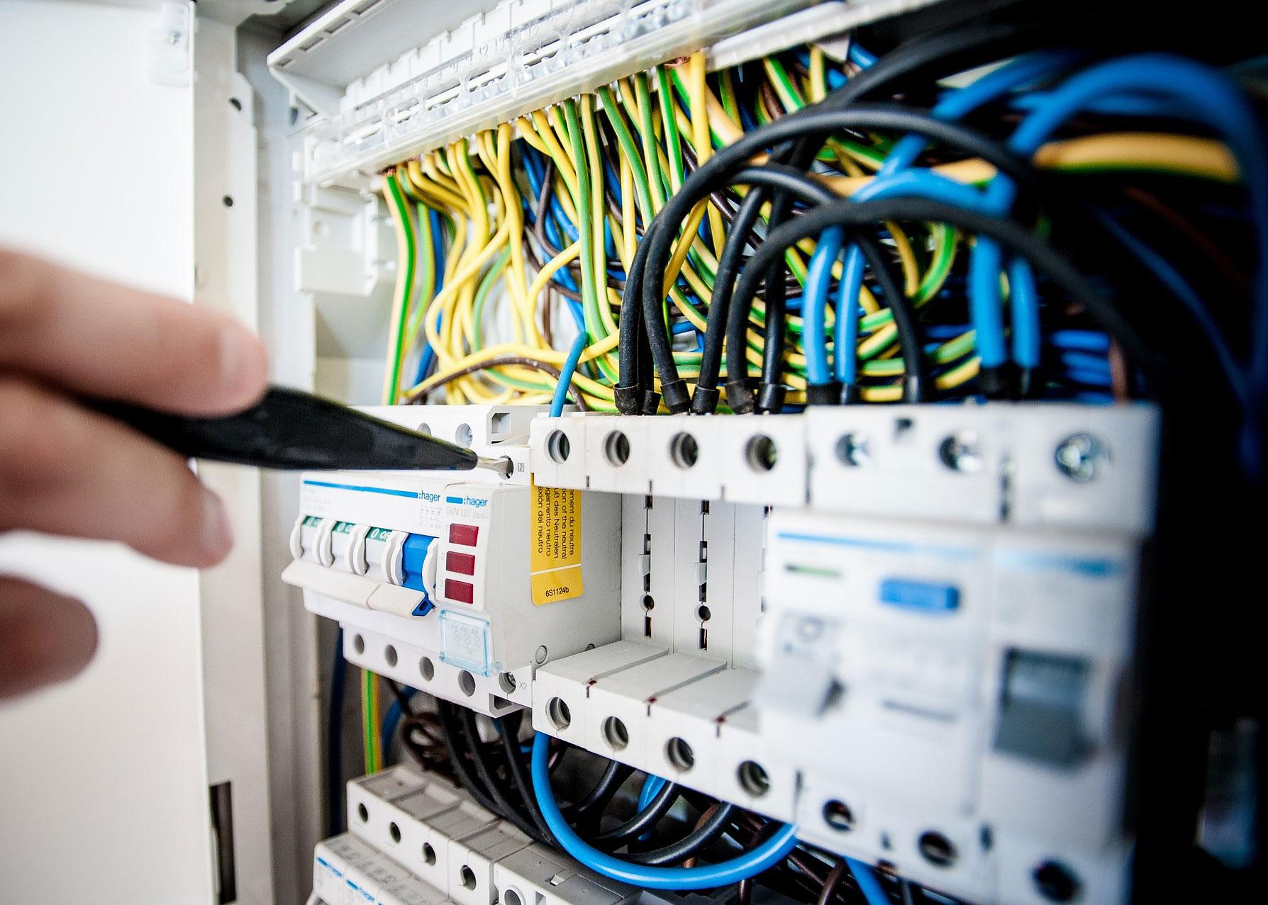 Manutenzione impianti elettrici aziendali: vantaggi della costanza